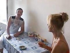 В домашнем видео зрелая немецкая блондинка дала студенту полизать киску