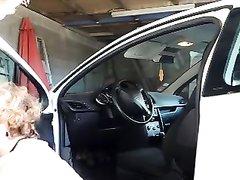 Зрелая французская авто леди в чулках рассчиталась с мастером любительским сексом
