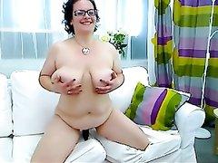 Толстая домохозяйка вместо секс игрушки использует огурец для мастурбации