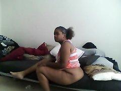 Темнокожая зрелая толстуха в любительском видео с негром перед скрытой камерой