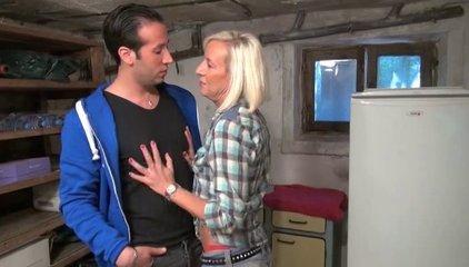 Зрелая блондинка с бритой щелью в анальном видео с молодым французским любовником