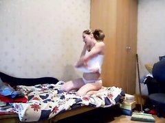 Молодая и стройная леди в русском любительском видео перед скрытой камерой дрочит