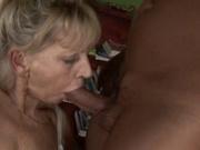 Грациозная зрелая блондинка завела молодого любовника для секса с минетом