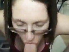Зрелая путана в очках в любительском видео от первого лица берёт член в рот