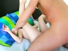 Брюнетка с маленькими сиськами бесплатно удовлетворила парня с тату на лице