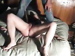 Заботливый партнёр в любительском видео помогает зрелой женщине в мастурбации