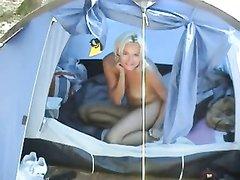 Домашнее видео с фут фетишем от первого лица с шаловливой блондинкой в палатке