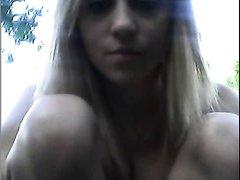 Молодая блондинка в саду устроила онлайн любительскую мастурбацию бритой киски