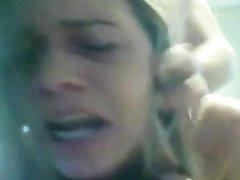 Грудастую зрелую блондинку в домашнем видео жёстко прокачали на карачках