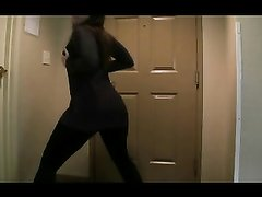Красивая женщина в домашнем видео во время стриптиза показывает большую попу