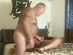Зрелая жена перед толстым мужем раздвинула ноги в домашнем видео для куни