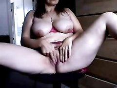 Грудастая зрелая леди в домашнем видео раздвинула ноги для мастурбации