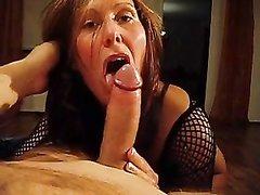 Рыжая зрелая шлюха с загаром перед домашним сексом жадно отсасывает член