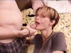 Тайская любительница орального секса сосёт белый член до окончания на лицо