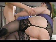 Зрелая и толстая домохозяйка в чулках в анальном видео с молодым хахалем