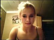 Блондинка раздвинула ноги перед вебкамерой для любительской онлайн мастурбации