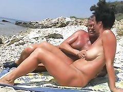 На нудистском пляже в любительском видео чувак дрочит киску зрелой незнакомки
