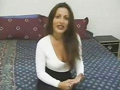 Гламурная брюнетка с загаром на любительском порно кастинге в групповой сцене