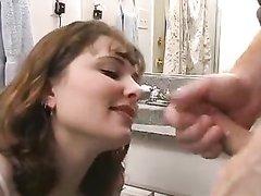Профессионалка орального секса строчит домашний минет до окончания на лицо