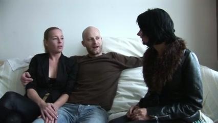 Очаровательная брюнетка с бритой киской пришла к коллеге для домашнего секса