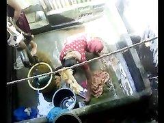 Любительское подглядывание через скрытую камеру и запись на видео переодевания