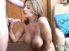 Потрясающий домашний минет в видео сделан зрелой и грудастой дамой в чулках