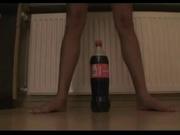 Худая смуглянка в домашнем дрочит мокрую киску большой пластиковой бутылкой