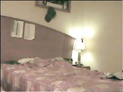 Стройная блондинка пригласила коллегу в спальню для любительского секса