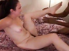 Белая студентка с маленькими сиськами с негром уединилась для любительского секса