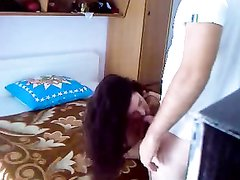 Перед скрытой камерой в просторной постели произошёл домашний секс с куни