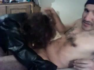 Смуглый кавалер в домашнем видео оприходовал зрелую поклонницу в постели