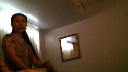 В любительском видео перед скрытой камерой азиатка мастурбирует член клиента