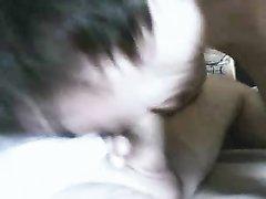 Профессионалка домашнего минета в видео от первого лица ласкает кривой член