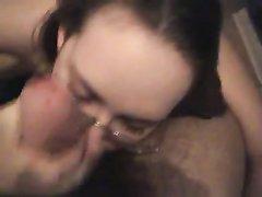 Красотка в очках в видео от первого лица показала мастерство в домашнем минете