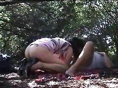 Любительское видео с подглядыванием в лесу за зрелой дамой с поклонником
