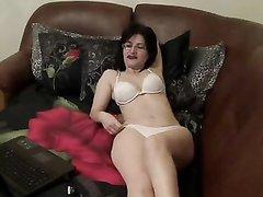 Зрелая женщина перед вебкамерой онлайн показывает в нижнем белье и чулках