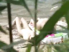 Любительский секс зрелой брюнетки происходит на пляже с молодым незнакомцем