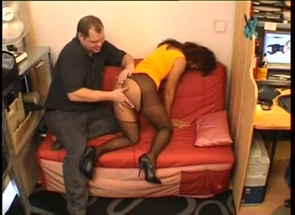 Рыжая зрелая смуглянка в колготках пришла к немцу для домашнего секса с минетом