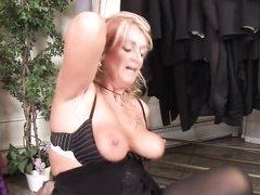 Зрелой блондинке в чулках кончили на лицо в домашнем видео с позой наездницы