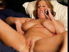 Зрелая широкобёдрая дама для домашней мастурбации использует секс игрушку