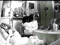 Скрытая камера сняла на видео любительскую мастурбацию дамы с мокрыми трусиками