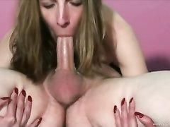 Любительница орального секса в 69 позе виртуозно отсасывает большой член
