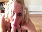 Шикарная блондинка строчит любительский минет в видео от первого лица