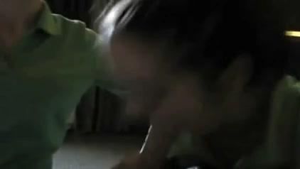 В групповом видео от первого лица молодые домохозяйки сделали двойной минет