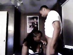 Темнокожая толстуха перед скрытой камерой в любительском видео сосёт чёрный член