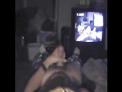Загорелая девушка с рабочими губами в домашнем видео от первого лица исполнила минет