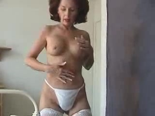 Рыжая зрелая медсестра в чулках в домашнем видео от первого лица отсасывает