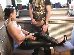 Смотреть по скрытой камере домашнюю мастурбацию члена от брюнетки в кожаных штанах