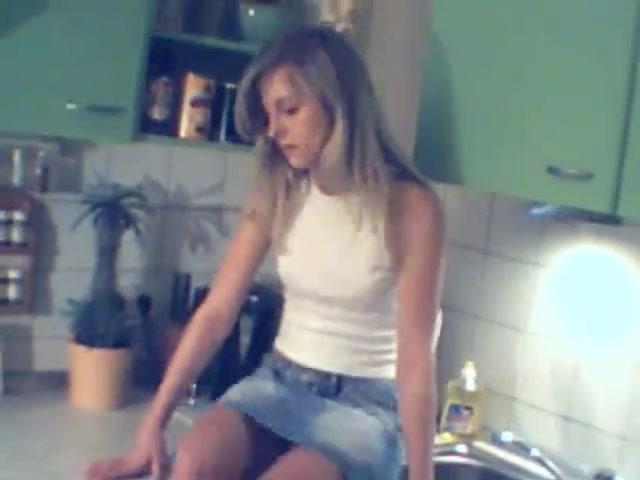 Блондинка с маленькими сиськами в любительском видео шалит на вебкамеру