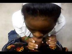 Негритянка берёт в рот чёрный член в любительском видео от первого лица